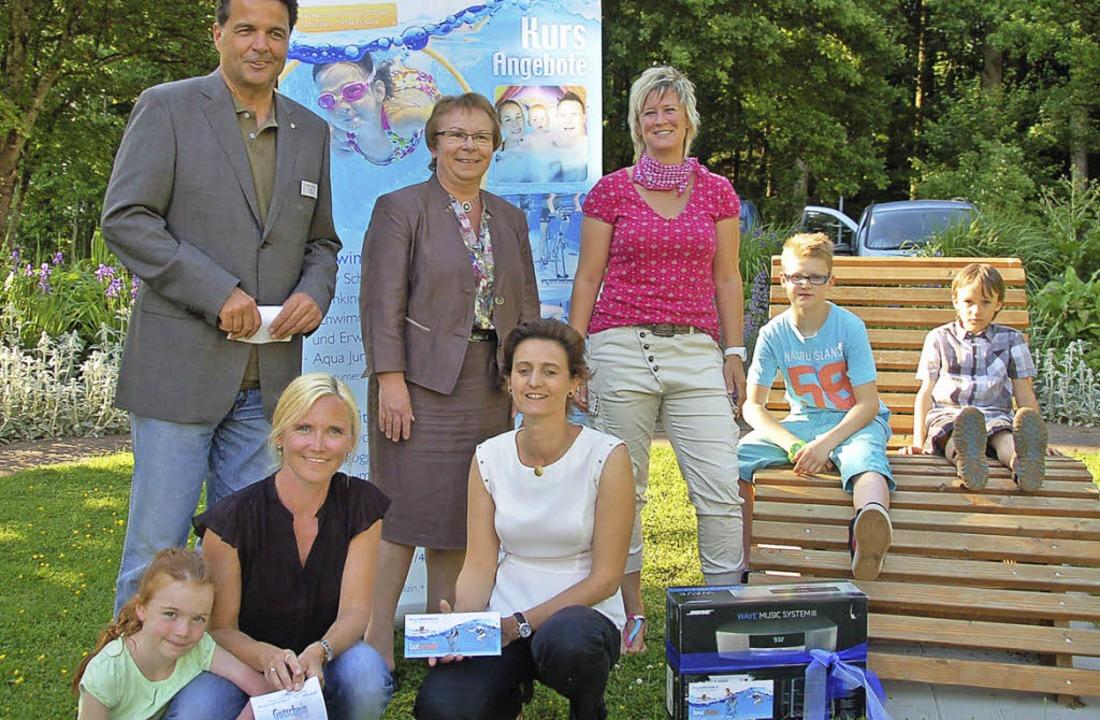 Glückliche Gewinner: Sandra Bichler un...tsführer Marcus Scherer (stehend v.l.)  | Foto: Pia Grättinger