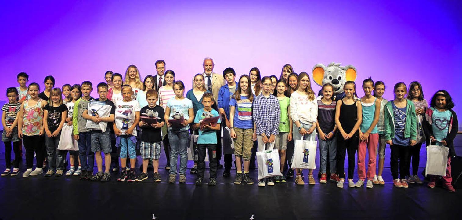 Auszeichnung: Die Gewinner der Bundesp...nterste Reihe in der Mitte von links).    Foto: Landratsamt