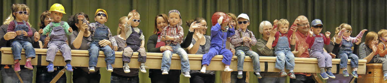 Unbekümmert zeigen die dreijährigen Ki...balken und haben dabei riesigen Spaß.     Foto: Erhard Morath