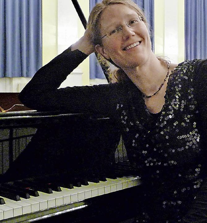 Sabine Pander dirigiert und musiziert.   | Foto: privat