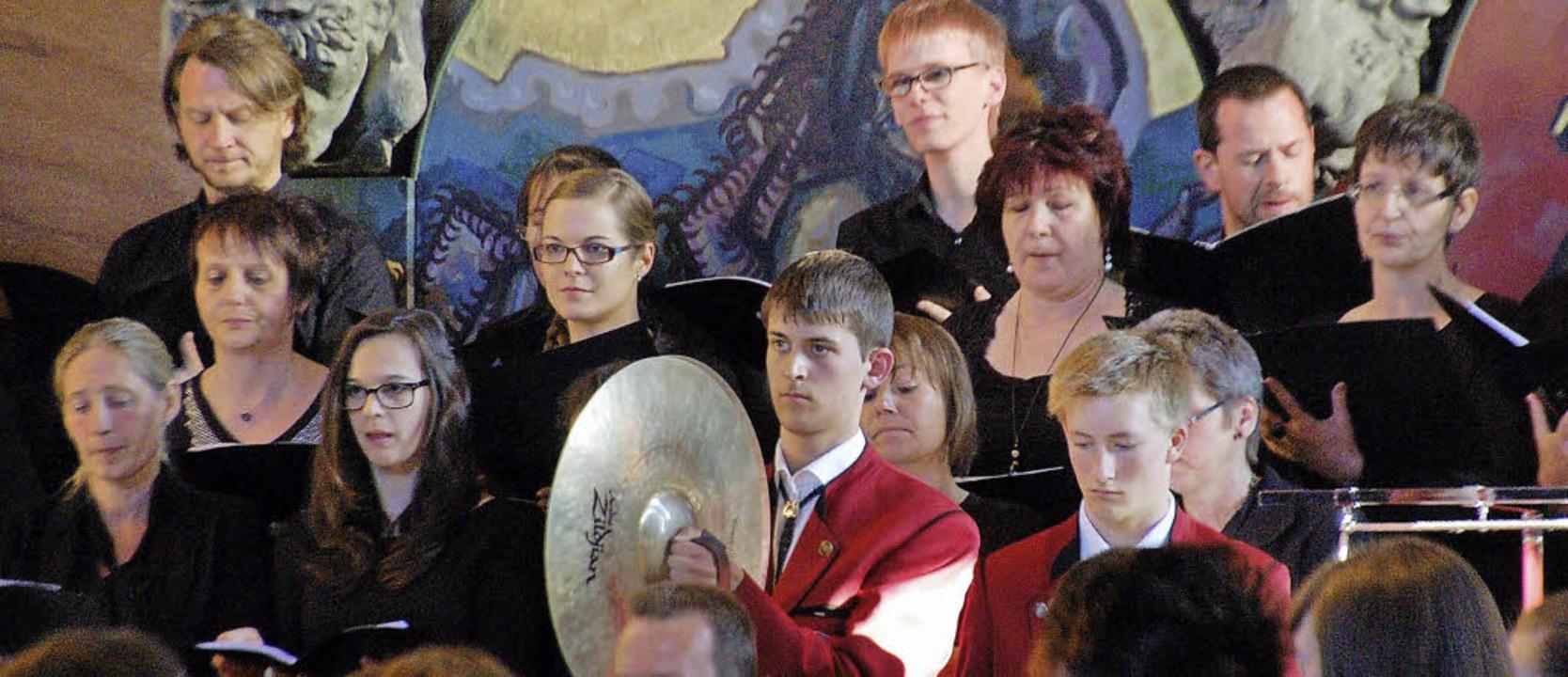 Bläser und Schlagwerker des Musikvereins  boten mit dem CVJM-Chor Kirchenmusik.     Foto: Helena Kiefer