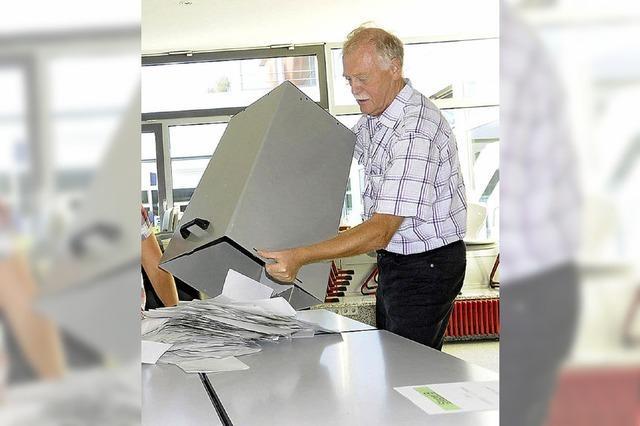 Stimmzettel nach innen falten und Merkblatt lesen
