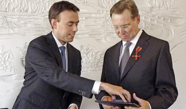 Minister Schmid (links) ehrte Hans-R.  Schmid.     Foto: weizecnecker