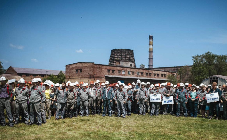 Stahlarbeiter in Mariupol demonstriere...r ein Ende der Gewalt in der Ukraine.   | Foto: AFP