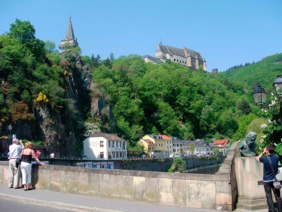 Stolz thront die Burganlage von Schloss Vianden über dem Tal der Our.  | Foto: O.N.T. Luxemburg