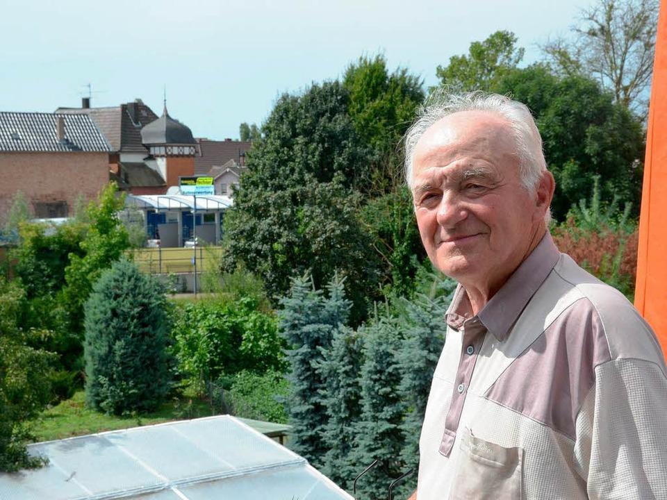 Werner Grafmüller ist die Autowaschhalle im Hintergrund ein Dorn im Auge.  | Foto: Christian Kramberg