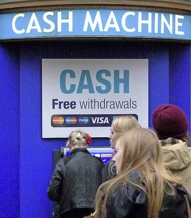 Cash – bar: Hier gibt's Geld.   | Foto: dpa