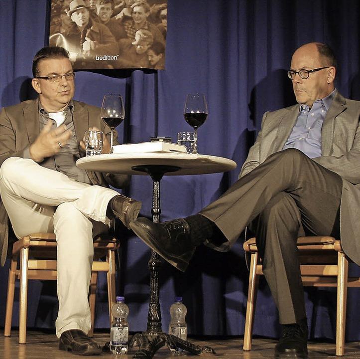 Michael Ständer (rechts) interviewt den Autor Michael Paul.  | Foto: Heidi Foessel