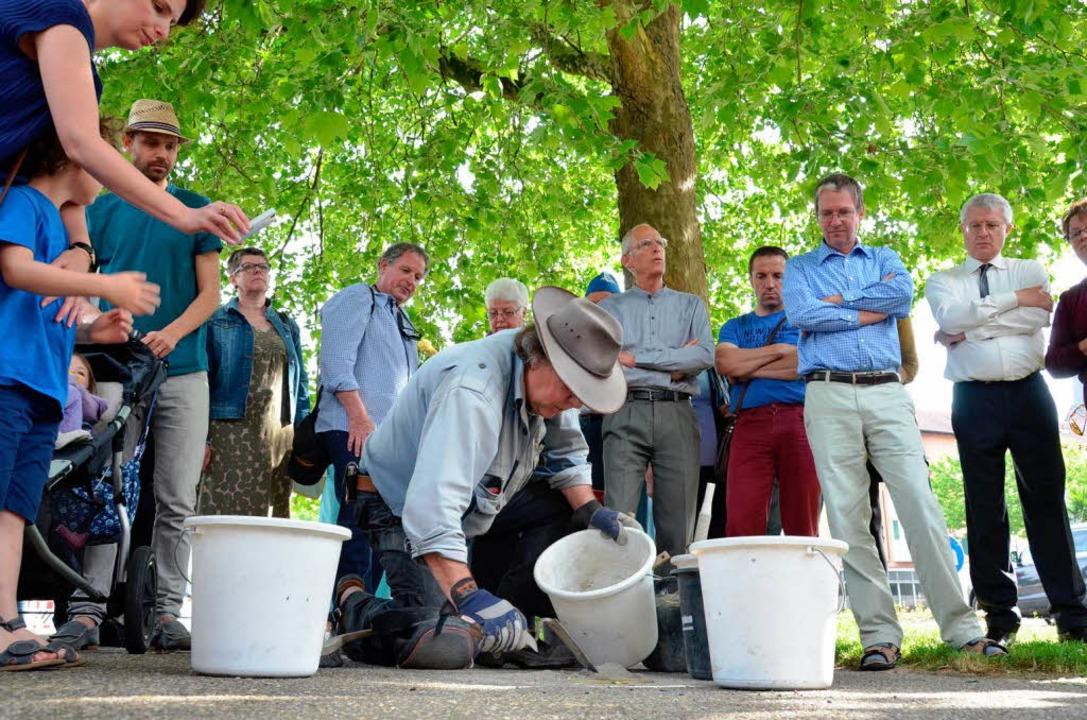 Gunter Demnig verlegt die Steine.  | Foto: Christian Kramberg