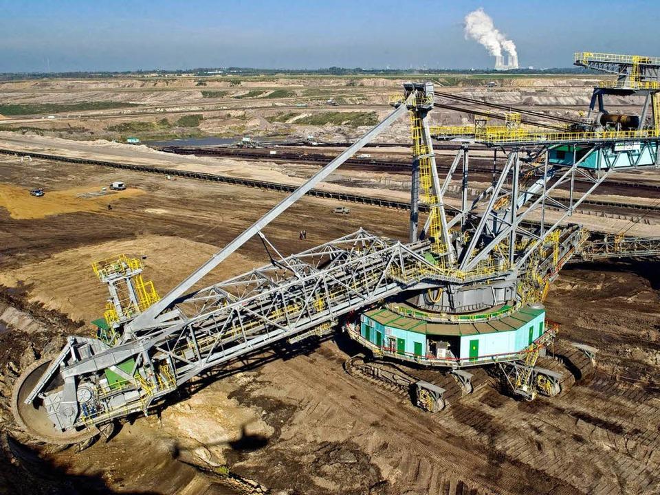 Wo der Bagger gewütet hat, bleibt eine...Hintergrund das Kraftwerk Lippendorf).  | Foto: dpa