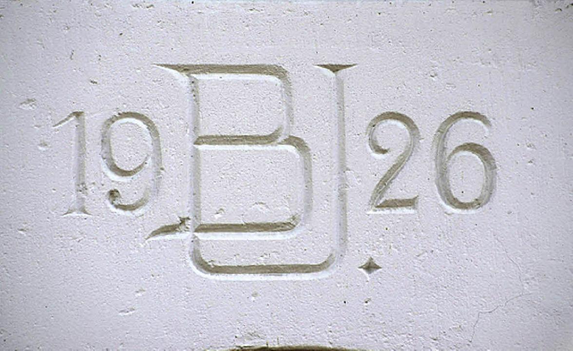 Die Initialen  am Haus in der Alten Bahnhofstraße stehen für Berthold Ullmann.     Foto: C. Kramberg