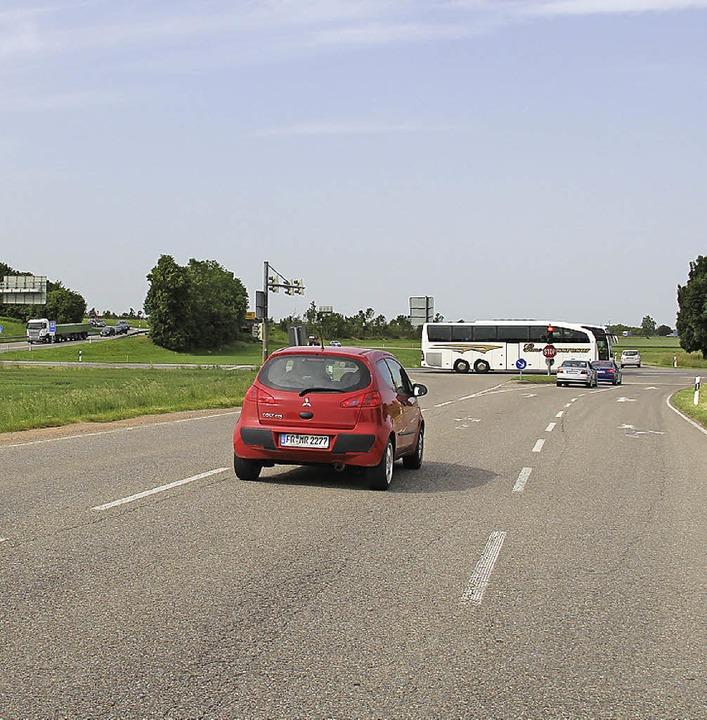 Die drei Hausener Anschlusspunkte an d...ur Falkensteinerstraße (rechtes Bild).  | Foto: A. Huber