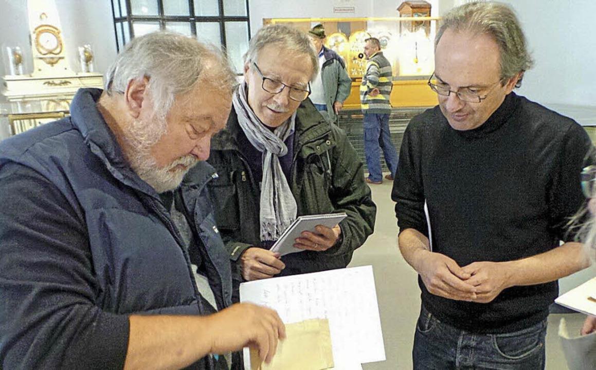 Wolfgang Glatz  (links) überreicht die...(rechts), in der Mitte ein  Besucher.   | Foto: Privat