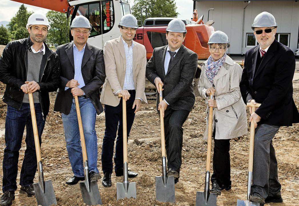 Zuwachs für den Gewerbepark:  Jan Schr...n symbolisch den Bau für Sepa Europe.   | Foto: privat