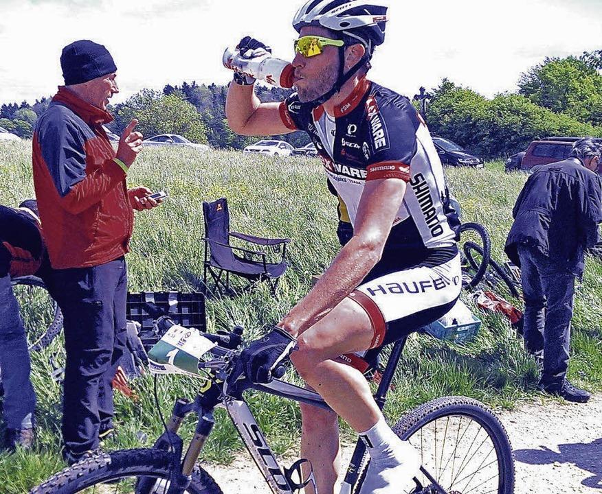 Einen halben Liter Flüssigkeit pro Stu...in langen Mountainbikerennen zu sich.     Foto: UMS