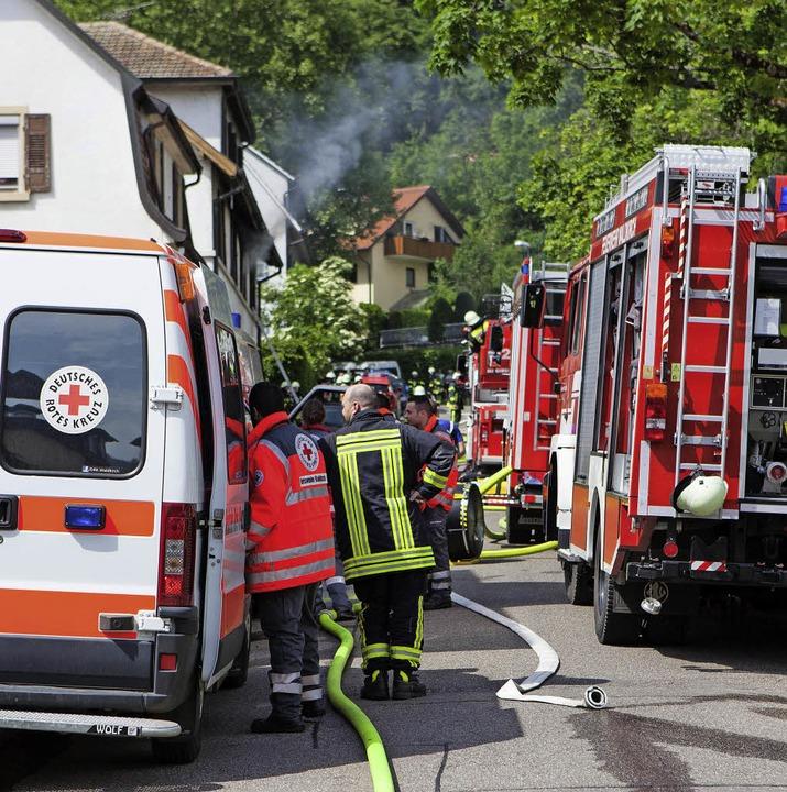 Mit vielen Einsatzkräften waren Polize...nem Wohnhausbrand in Kollnau vor Ort.     Foto:  Gabriele Zahn