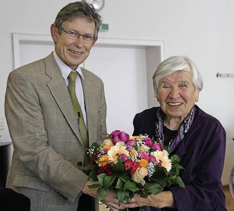 Dora Koelbing hat viel geleistet. Dafür dankt ihr Dekan Zobel mit Blumen.     Foto: Sabine Model