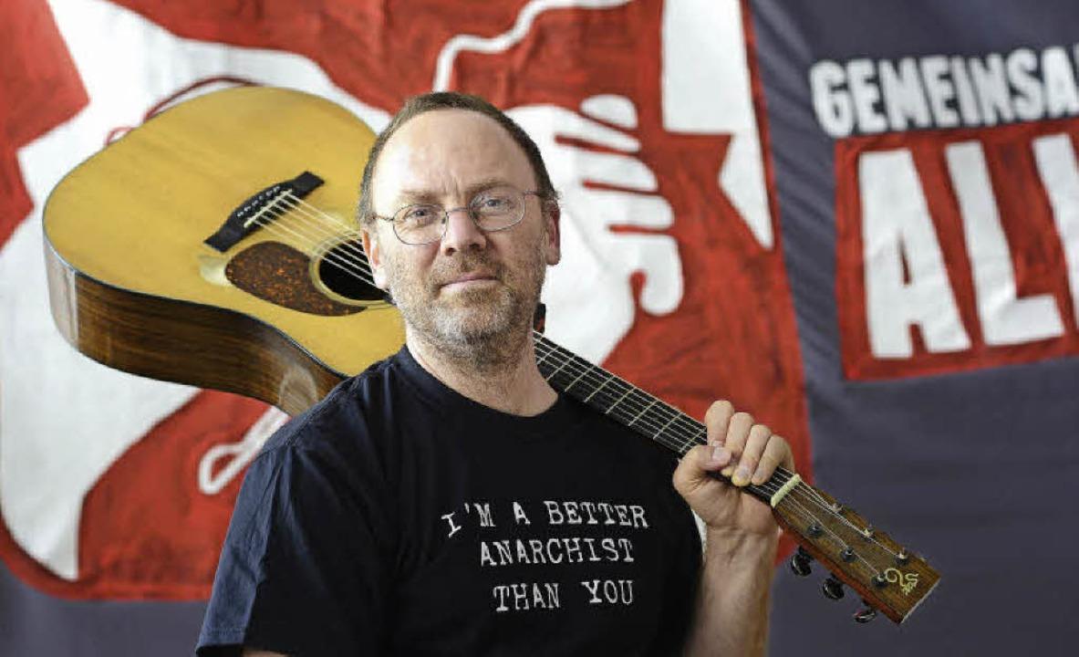 One-man-band David Rovics, der für ein...sere, gerechte Welt auf- und antritt.   | Foto: Ingo Schneider