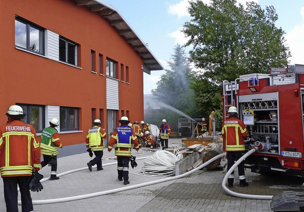 Bei der Frühjahrsübung der Freiwillige...ünf Personen aus dem Gebäude gerettet.  | Foto: christine weirich