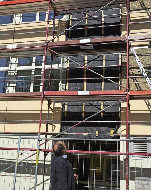 Schulleiter Winfried Wagner schaut sic...er-Gymnasium der  Aufzug gebaut wird.     Foto: agnes pohrt