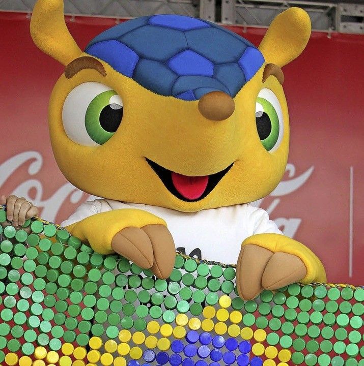 Fuleco, das offizielle WM-Maskottchen ... in den brasilianischen Landesfarben.     Foto: dpa