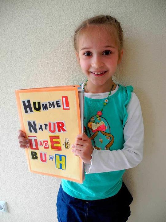 Prächtig bemalt hat Myriam Huber den U...gekrönten Naturtagebuchs über Hummeln.  | Foto: Sophia Hesser