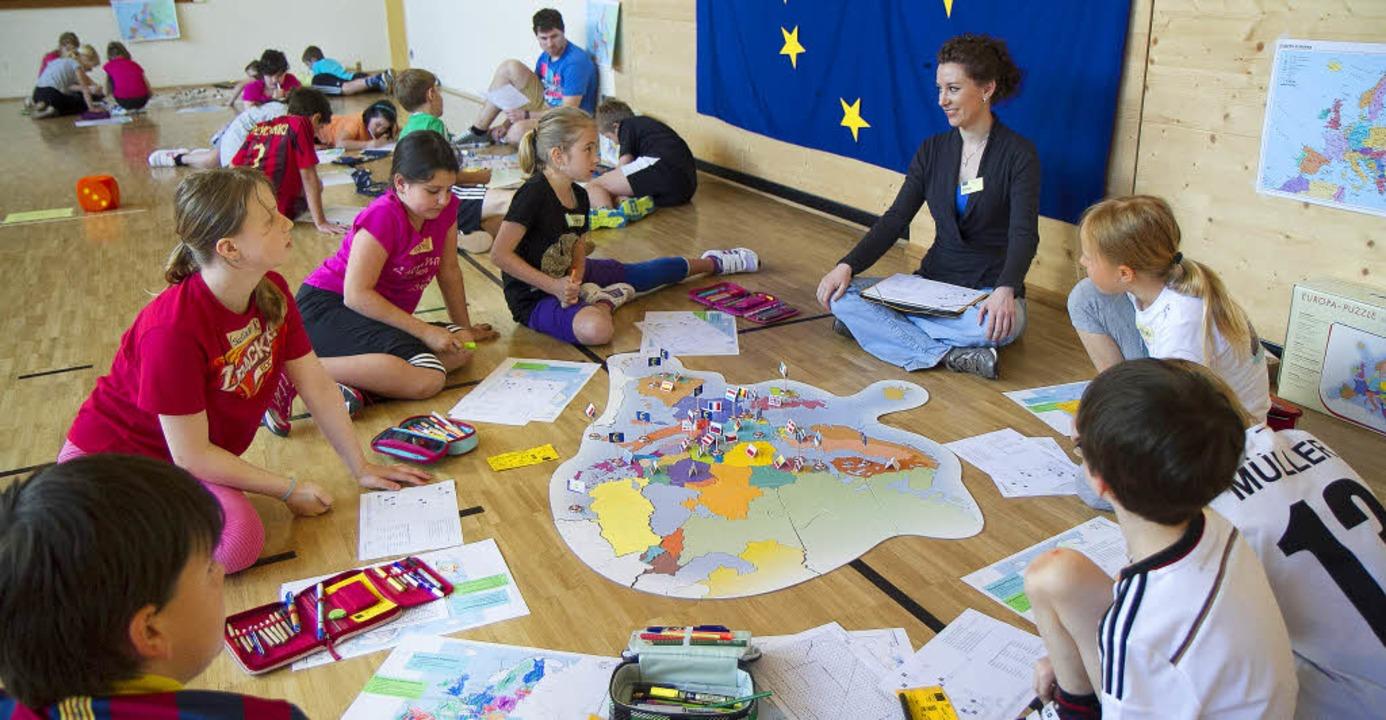 Europa zum Anfassen gab es bei einem Projekt in der Neunlindenschule.   | Foto: Daniel Fleig