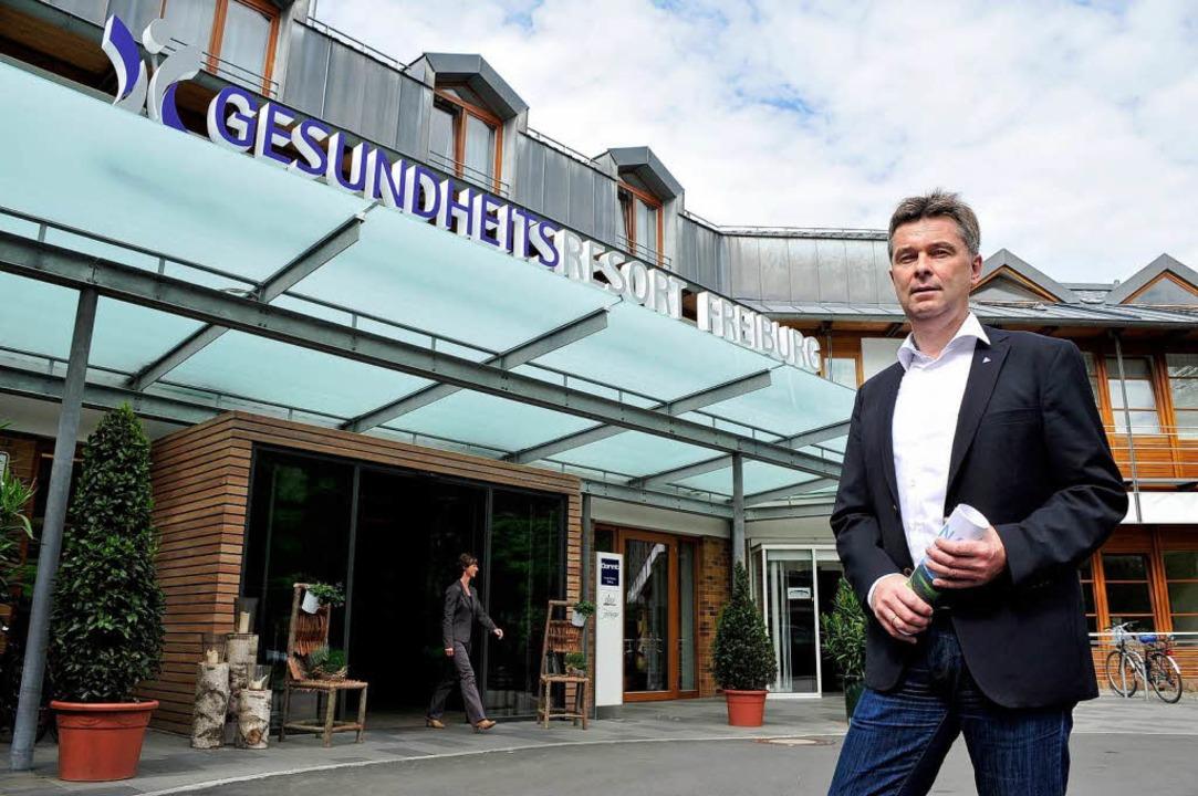 Geschäftsführer Rüdiger Wörnle vor dem...dklinik befinden sich unter einem Dach  | Foto: Thomas Kunz