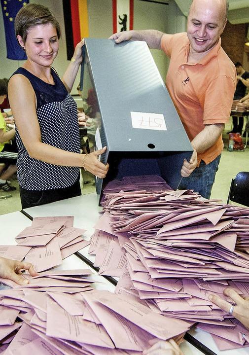 Jetzt wird ausgezählt: Wahlhelfer in einer Schule in Berlin   | Foto: DPA