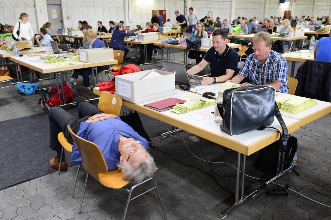 Seit Stunden zählen die Helfer im Busd...11; einige sind schon recht erschöpft.  | Foto: Ingo Schneider