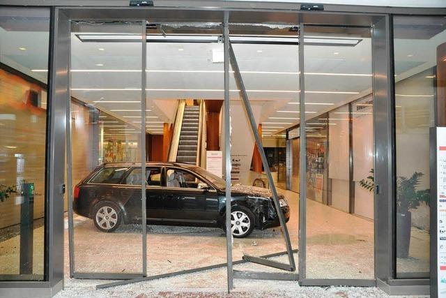 Einbrecher rammen Türen mit Auto
