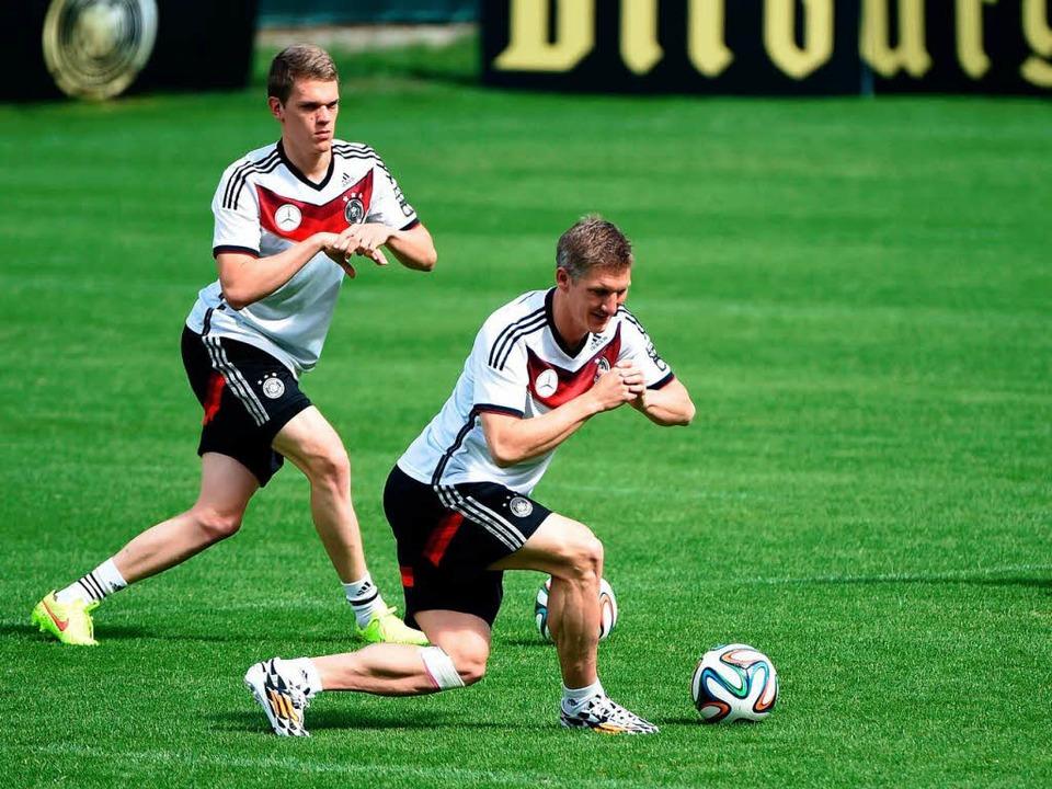 Matthias Ginter und Bastian Schweinsteiger beim Training der Nationalelf.    Foto: AFP