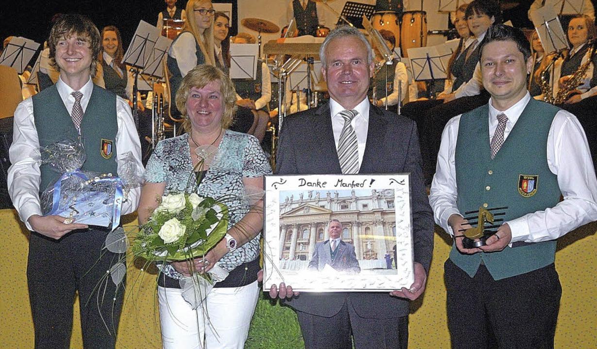Vorsitzender Sven Hagenunger (rechts) ... Frau  Frau Evi erhielt  ein Geschenk.  | Foto: Jürgen Schweizer