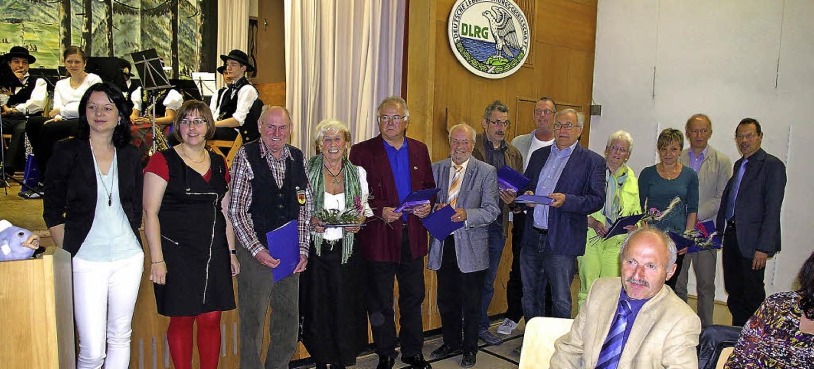 Annette Häringer und Heike Kuhn ehrten...würdigte das Engagement der Geehrten.   | Foto: Ernst Hubert Bilke