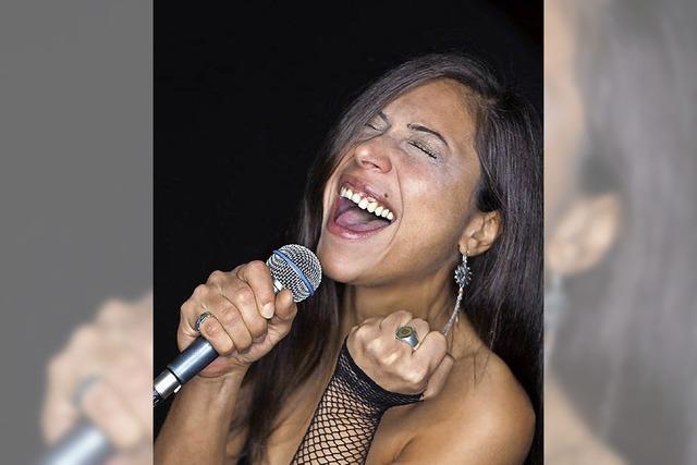 FATMA2SOUL singt bei der Partynacht des Schwarzwälder Dreckeimerrennens