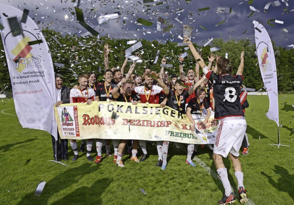 Jubel im Konfettiregen: Kapitän Philip... seinem Kirchzartener Team den Pokal.   | Foto: Keller