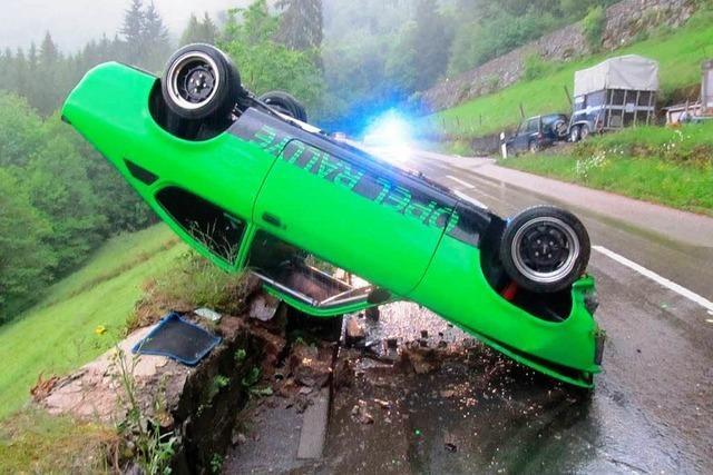 Auto landet bei Simonswald auf dem Dach