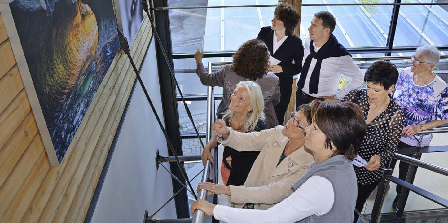 Zahlreiche Besucher kamen zur Vernissa...grafischen Blickwinkel der Künstlerin.  | Foto: Patrick Burger