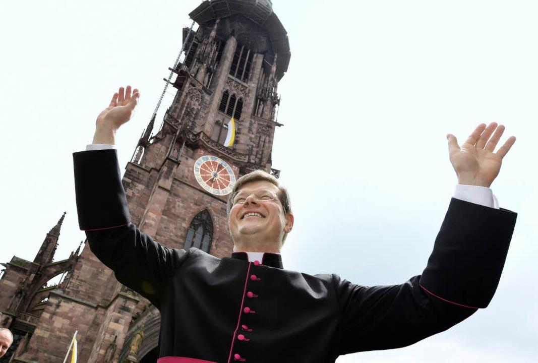 Der neue Freiburger Erzbischof Stephan Burger auf dem Münsterplatz  | Foto: dpa