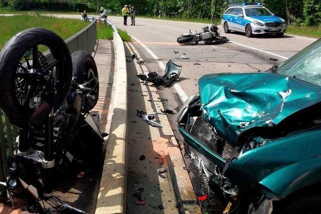 Zwei Motorradfahrer stoßen frontal mit Auto zusammen