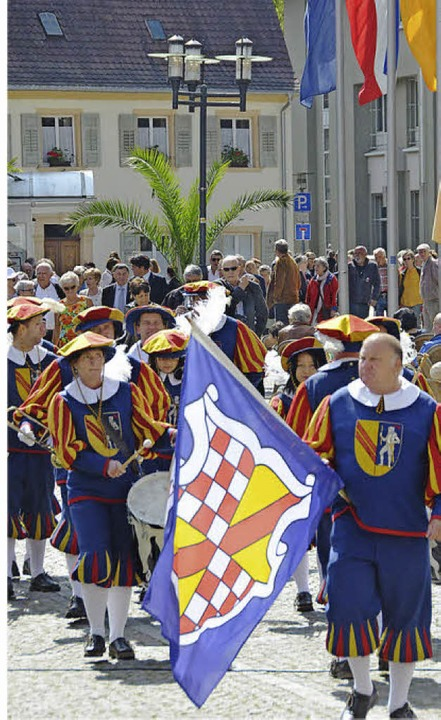 Die Hachberger Herolde führten den Umz...ehmer vom Alten zum neuen  Rathaus an.    Foto: Gerhard Walser