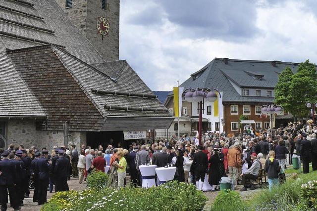 Gratulation auf dem Kirchplatz