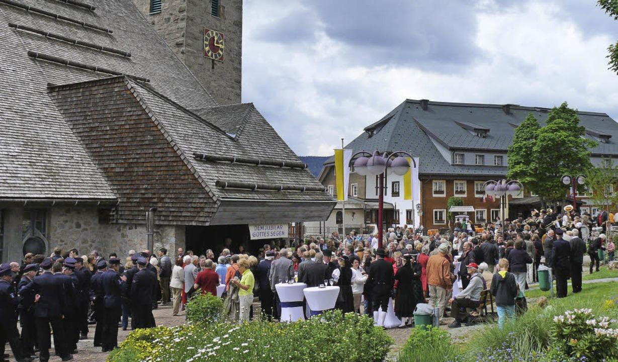 Auf dem Kirchplatz versammelten sich v...er, um ihrem Pfarrer  zu gratulieren.     Foto: Ute Aschendorf