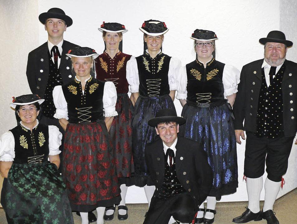 Die Trachtentanzgruppe Schluchsee ehrt...a Tschirner und Norbert Stolz. </Text>    Foto: Ute Aschendorf