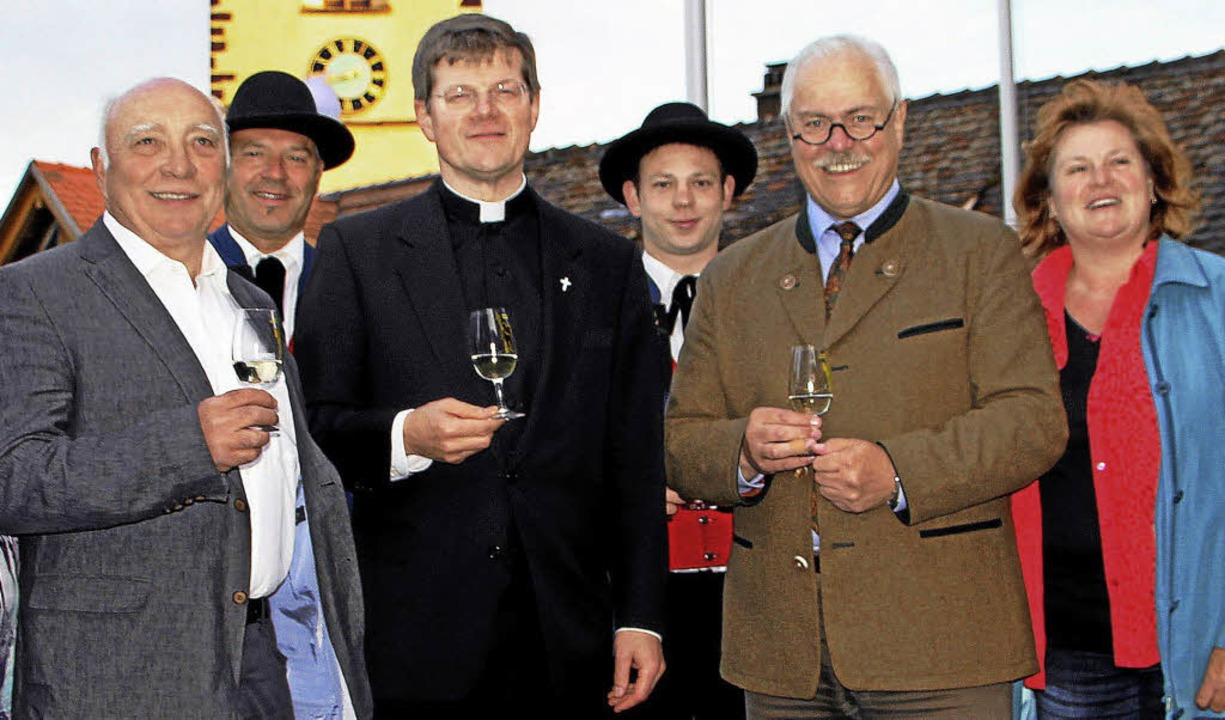Zur Wahl von  Stephan Burger (Mitte) z...herin des Gemeindeteams, Renate Jäger.  | Foto: Herbert Trogus