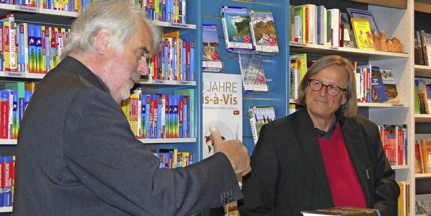 Henric L. Wuermeling (links) las in Br...derierte Journalist Kai Kricheldorff.   | Foto: Elisabeth Saller