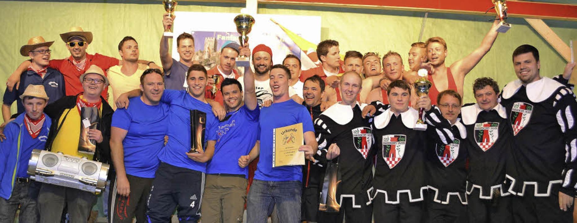 In Partylaune: die Sieger aus Gresgen ...dsknechte aus Halver (rechts im Bild)   | Foto: paul berger