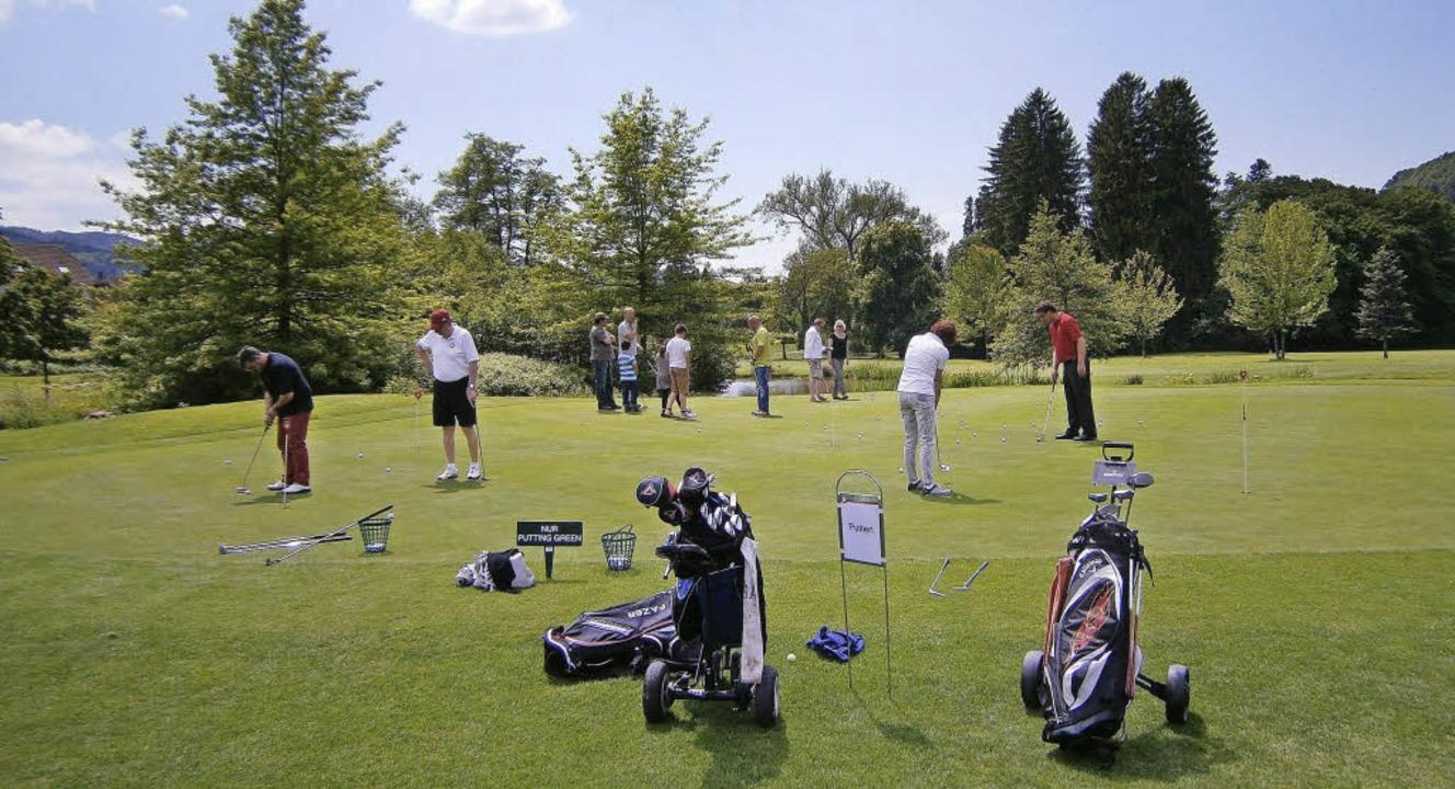 Viele Besucher zeigten Interesse am Go...fenen Tür auf dem Gutacher Golfplatz.     Foto: Verein