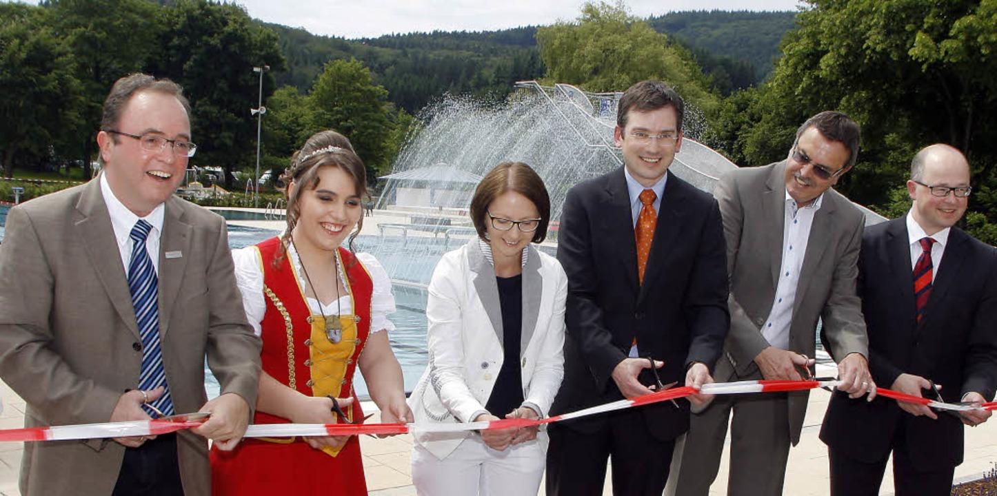 Freude im Freibad: bei der Eröffnung (...Jürgen Riexinger (Vorstand Sparkasse)     Foto: heidi fössel