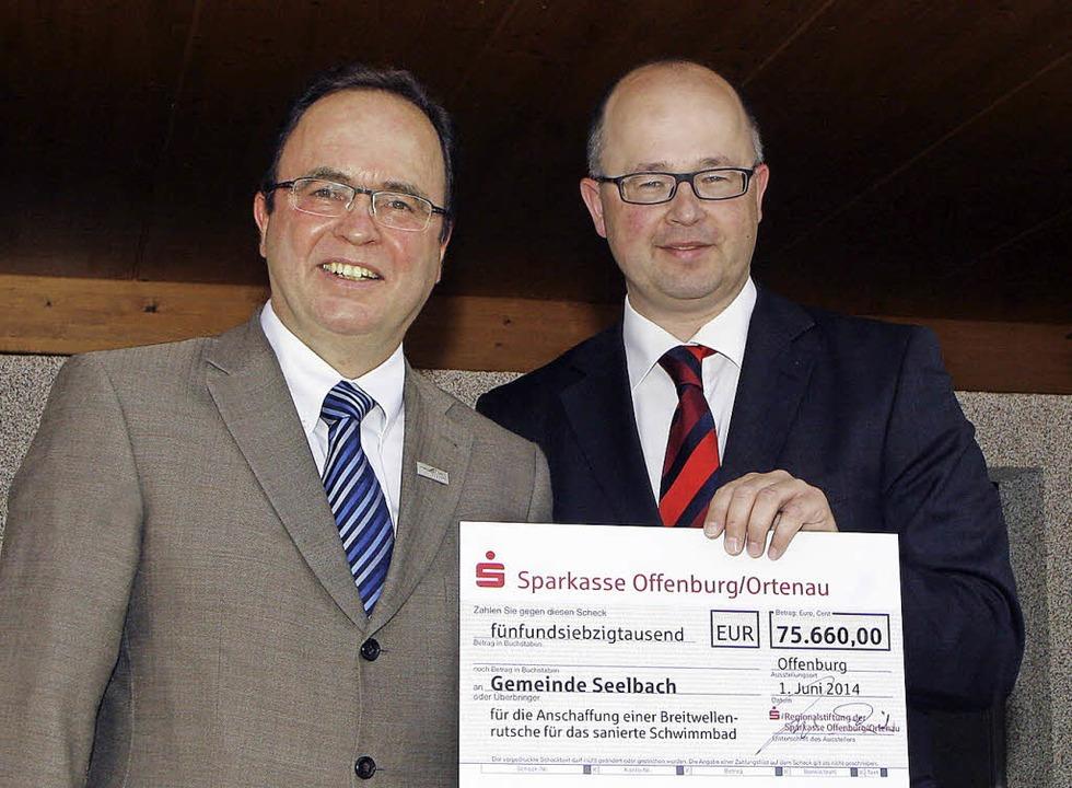 Spende fürs Schwimmbad: Bürgermeister ... Scheck von Jürgen Riexinger entgegen.    Foto: Heidi Foessel